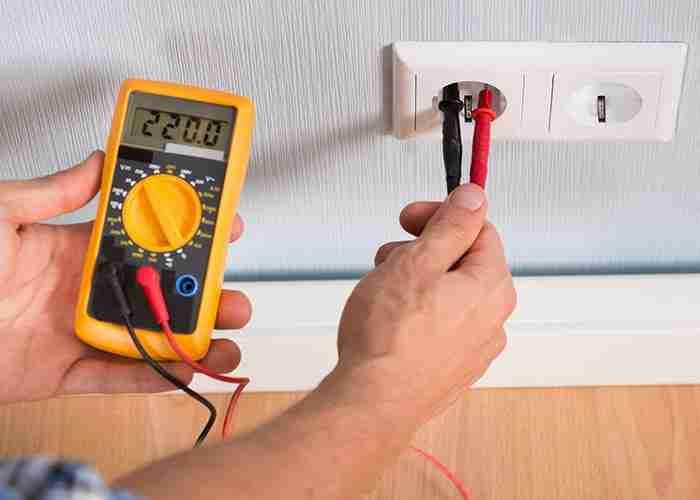 SuperMario24 Elettricista Pronto Intervento Casa con cavi misura il voltaggio