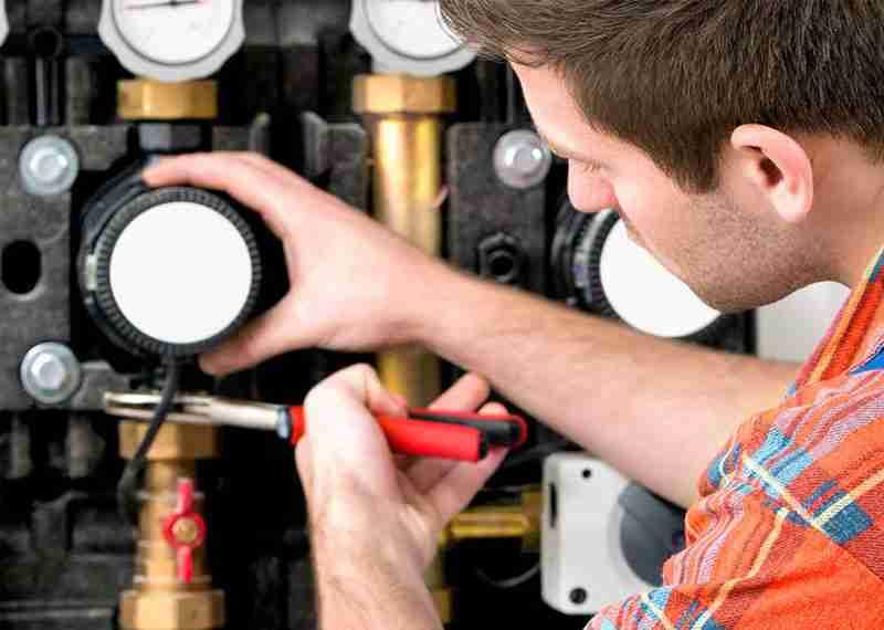 tecnico manutenzione impianto idraulico