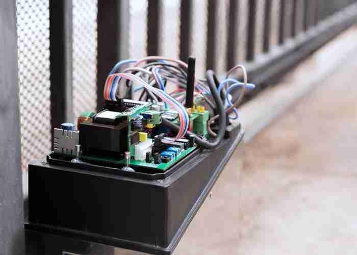 Riparazione del meccanismo elettrico di un cancello automatico
