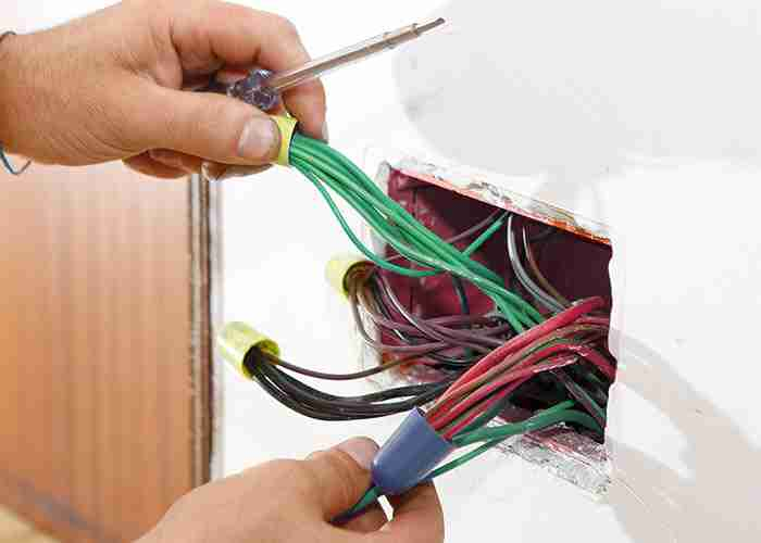 Pronto intervento elettricista per sostituzione di una presa elettrica