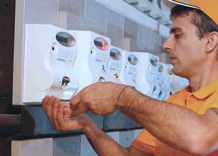 Tecnici installano velocemente un impianto elettrico con salvavita