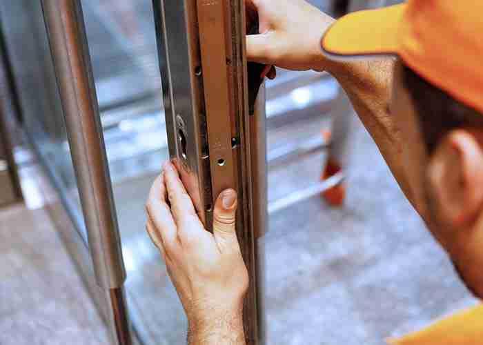 Aggiustamento della serratura di un negozio