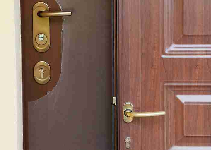 Installazione della nuova porta blindata con tecnici esperti