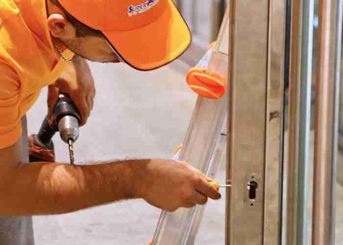 Fabbro sostituisce serratura negozio con cilindro europeo
