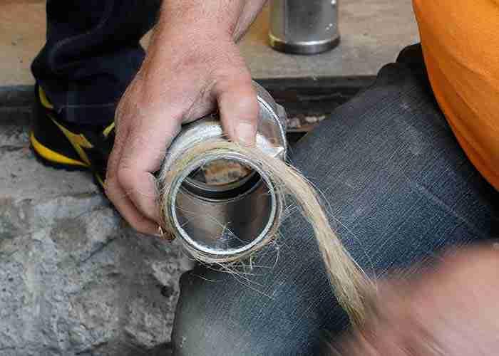 Tecnico di SuperMario24 aggiusta e isola il tubo di una caldaia