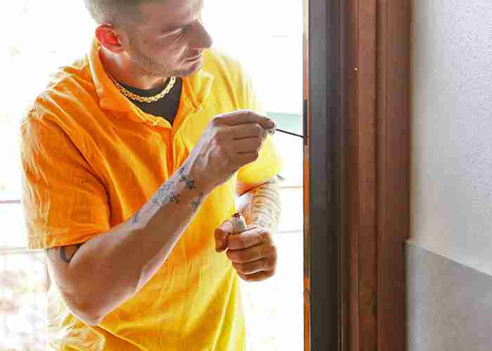 servizio di manutenzione di infissi in legno a Segrate
