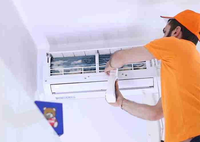 tecnico esperto nella pulizia dei condizionatori fissi a rho