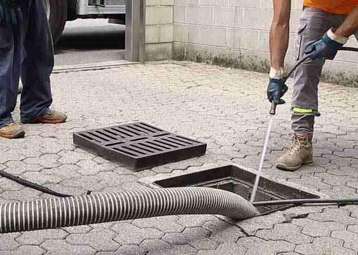 Spurgo e pulizia delle tubature di scarico di un condominio