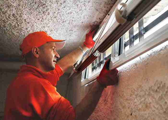 I nostri tecnici sostituiscono i vecchi serramenti e infissi dell'abitazione