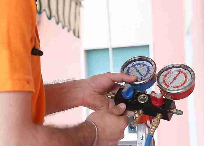 Tecnico qualificato per controllo pressione condizionatori