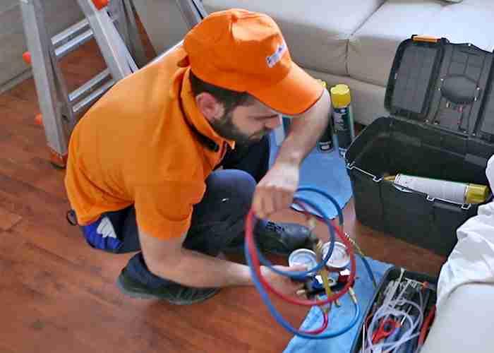 Tecnico SuperMario24 per controllo pressione climatizzatori
