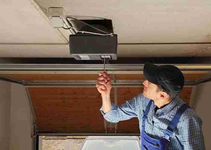 tecnico per riparazione cler dei garage