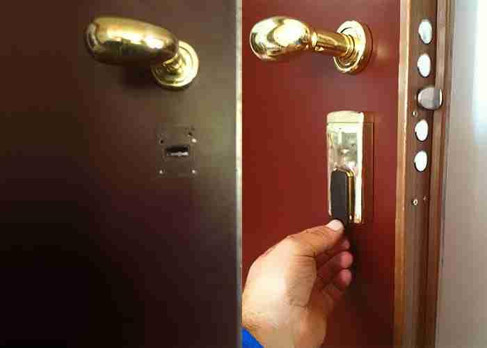 Fabbro per sostituire la serratura di una porta blindata