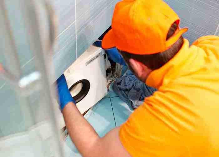 Idraulico esperto in riparazioni e installazione trituratore wc